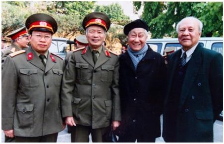 Giáo sư Lê Thế Trung trong chuyển công tác nghiên cứu về cây xạ đen