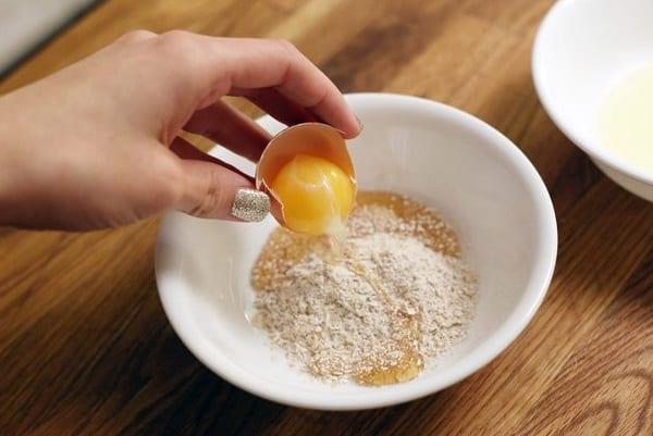 Bột cám gạo với trứng gà