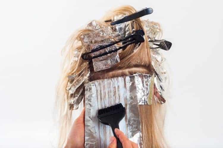 Chia tóc thành từng lớp mỏng để nhuộm