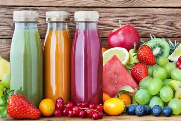 Các chai thủy tinh đựng nước ép trái cây
