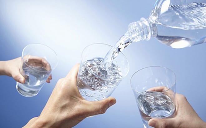 Uống nước vừa đủ là yếu tố nền tảng để có một làn da tươi tắn
